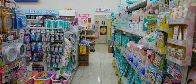 マツキヨ女池店の売り場からトイレの入り口が見える