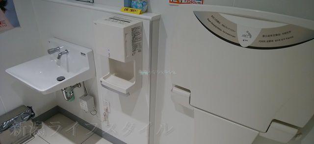 マツキヨ女池店の多目的トイレの手洗い場とおむつ台