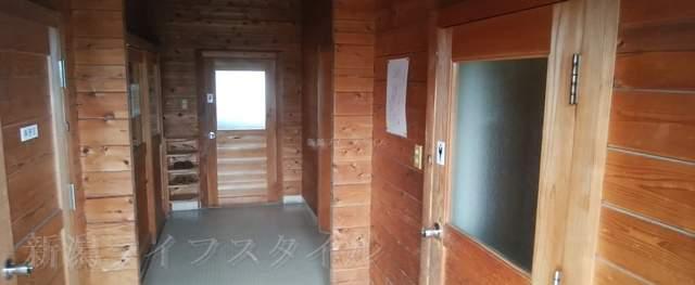 上堰潟公園の休憩所のトイレ入り口
