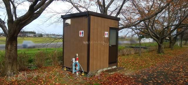 上堰潟公園道路側に近い遊歩道の簡易トイレ