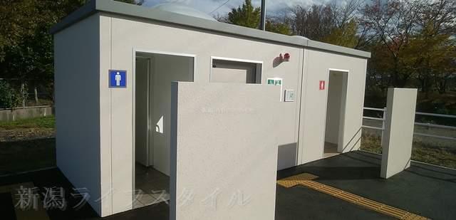 上堰潟公園の第2駐車場のトイレの外観