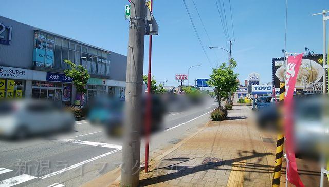 背脂三銃士がある新松崎の商店街の街並み