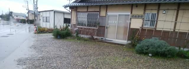 源松食堂の店前の駐車場