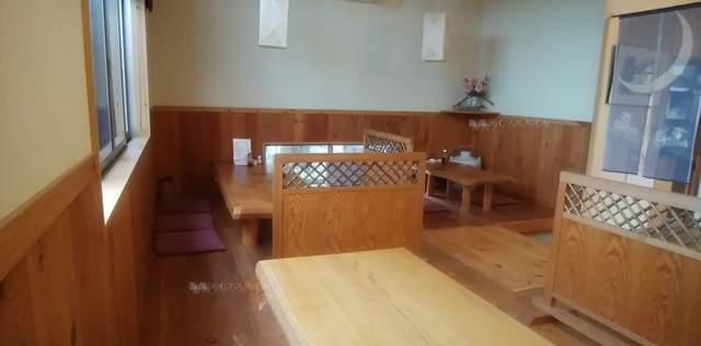 源松食堂のテーブル席