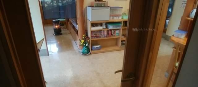 源松食堂のトイレから見たテーブル席方向