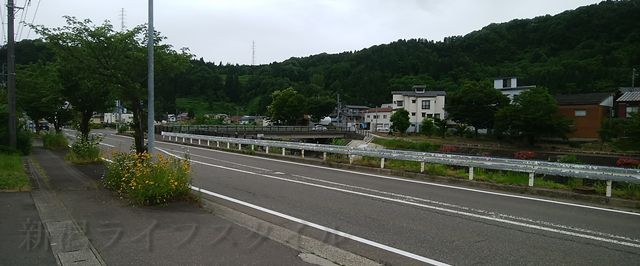 松兵衛の前の西谷川