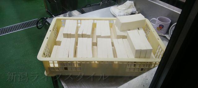 松兵衛の厨房においてあった揚げられる前の豆腐