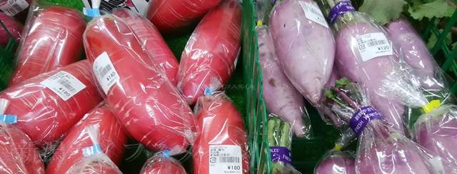 わくわくファーム豊栄店の赤や紫の大根