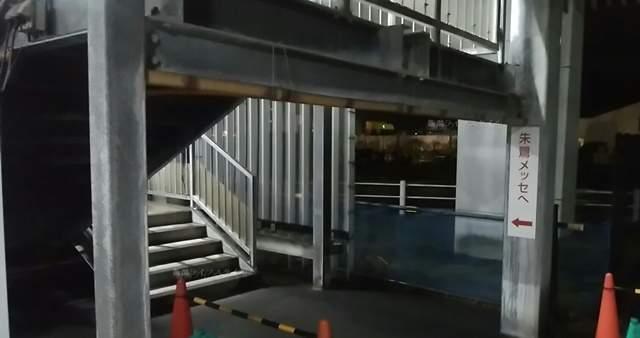 万代島駐車場Eの階段の近影