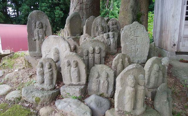 ほだれ大神のそばにあるこけしのような石造たち