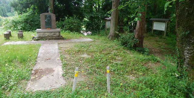 静御前の墓の正面を道路から見た図