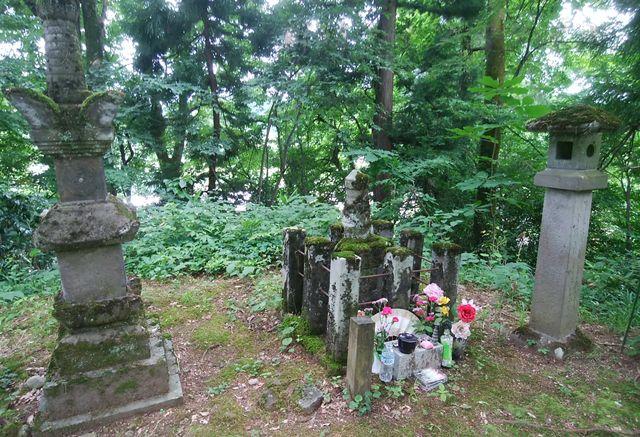 静御前の墓と、その両脇の塔婆のような物