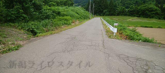 静御前の墓の周りの山道。景色が似ておりわかりづらい