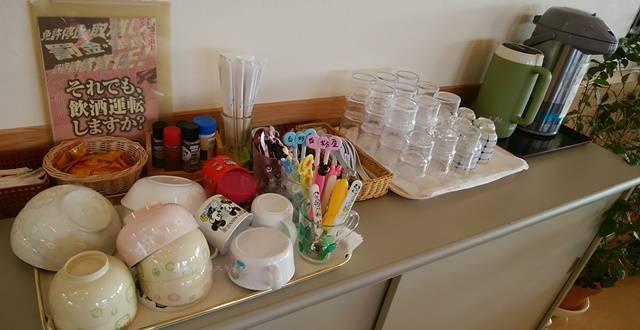 白粉屋のセルフのお茶やおしぼり、お子様皿など