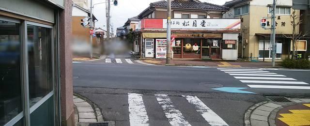 鮮魚仕出し元助の駐車場出てお店の横の道