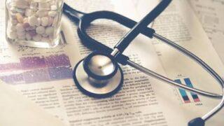 薬瓶と聴診器が机の上に置かれている