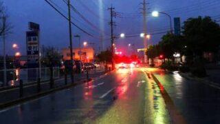 夕暮れの雨の道路