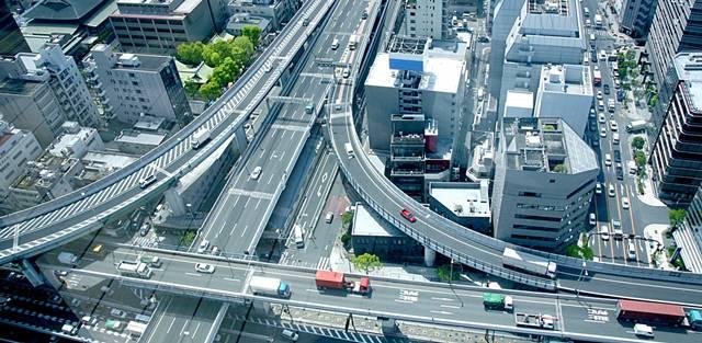上空から見た立体交差したインターチェンジ道路