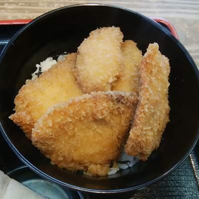 地魚工房のブリカツ丼の丼だけのアップ