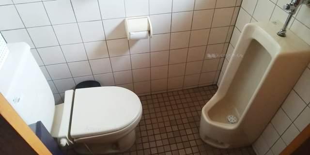 笹むらのトイレの向かい合う大小の便器