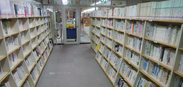 アルザにいがた情報図書室の書架その1