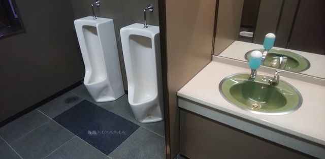 万代市民会館のトイレの小用と手洗い場