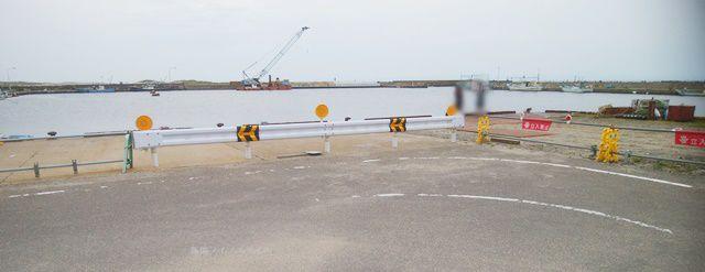 新川漁港の沿岸から桟橋方面を眺める