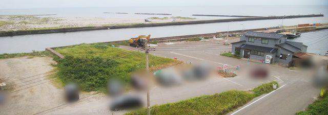 新川漁港の沿岸にある駐車スペースと風景