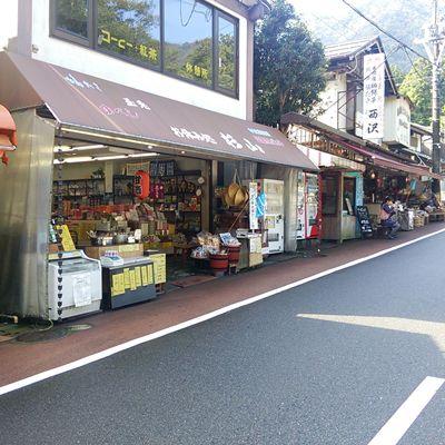 弥彦神社前の商店街
