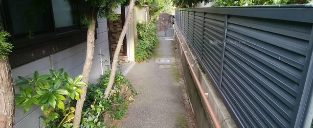 御林稲荷社の裏の階段を下りて右を向く