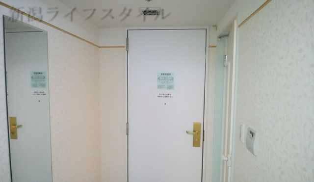 ホテルディアモント新潟西の室内からドア方向を見た図。