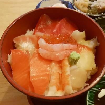 たかはし御食事処の海鮮丼のアップ
