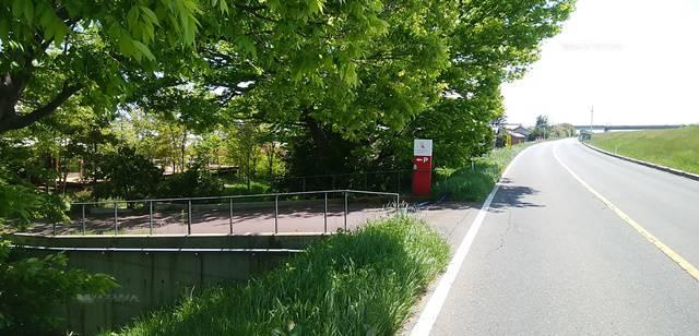 三条小須戸線を走ってると木々の間に少し遠めに見えるランプリールの小さい看板