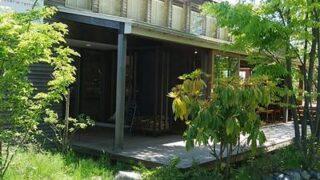 木々に囲まれたランプリールの建物