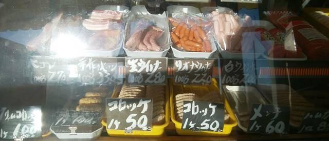 肉正のショーケースのクリームコロッケ、普通のコロッケ、メンチカツにウインナーなど