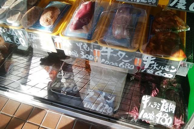 肉正のショーケースに並ぶ商品その2