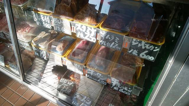 肉正のショーケースに並ぶ商品その6