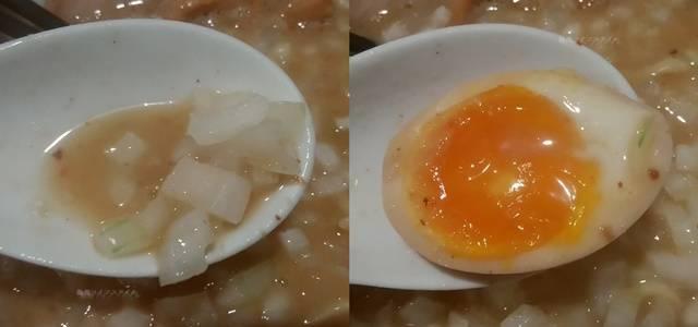 中華そば石黒の極にぼの刻み玉ねぎと味玉をレンゲですくう