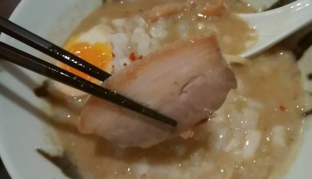 中華そば石黒の極にぼのチャーシューを1枚、箸で持ち上げる