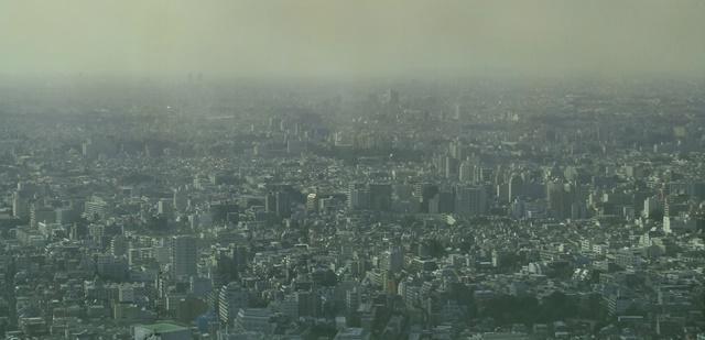 町全体がモヤがかってるのを上空から見渡す