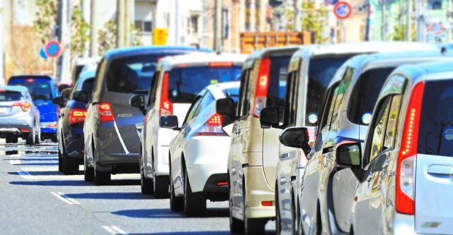 道路に渋滞で並ぶ多数の車