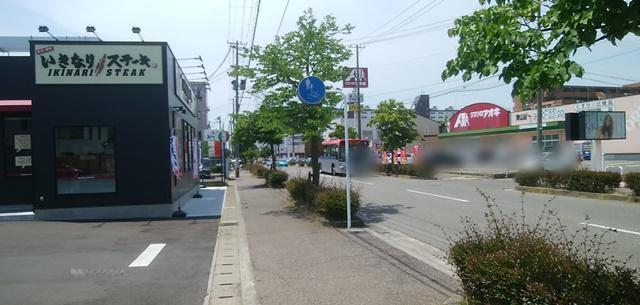 いきなりステーキ青山店の向かいの並びに見えるクスリのアオキなど