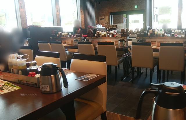 いきなりステーキ青山店の奥の2名テーブルから店内を見る