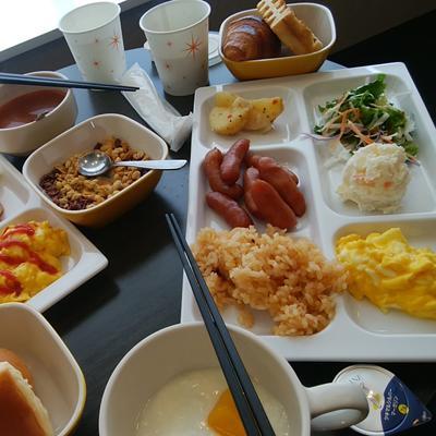 コンフォートホテル燕三条のお皿に盛られた朝食バイキングの数々
