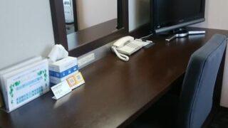 コンフォートホテル燕三条の机とイスとテレビのアップ