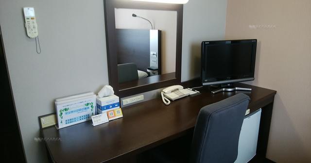 コンフォートホテル燕三条の机とイスとテレビ