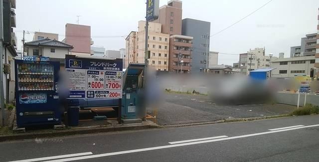 フレンドパーク新潟駅前第6の全体像を少し離れて撮影した様子
