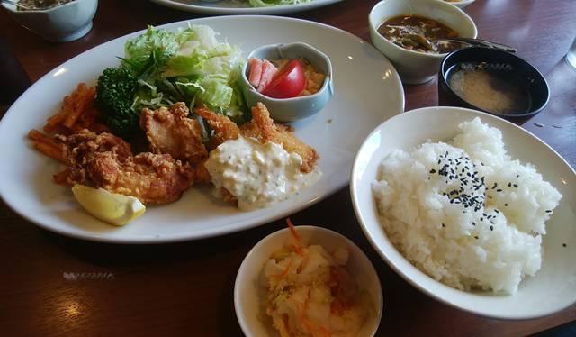 ごっつぉやの若鶏唐揚げと海老魚フライ定食のおかずからご飯・みそ汁、小鉢まで全部