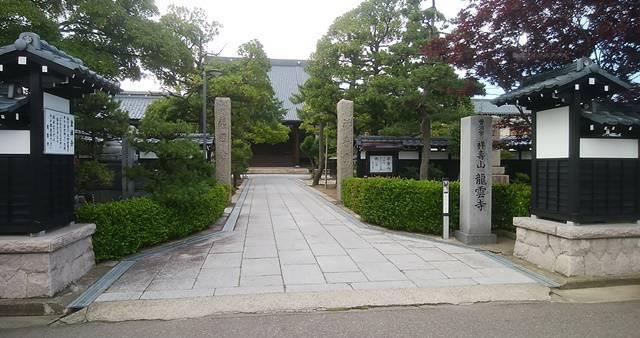 沼垂テラス商店街の裏手にあるお寺の門