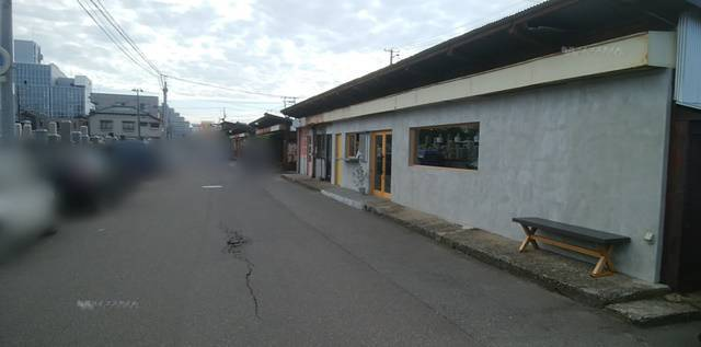 沼垂テラス商店街のお寺のわきに多数停められた路駐の車